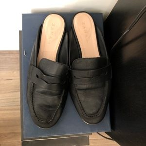 Black flat slippers